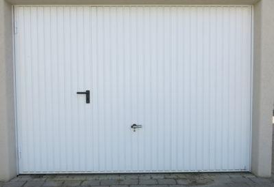 Porta di servizio inserita nel portone vista dall'esterno