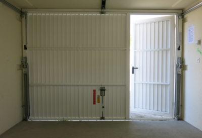 Porta di servizio inserita nel portone vista dall'interno