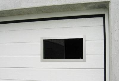 Ali di areazione sul lato destro nel portone sezionale, solo possibili in posizione orizzontale