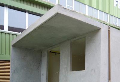 Tettoia sopra la facciata anteriore e la parete laterale allungata